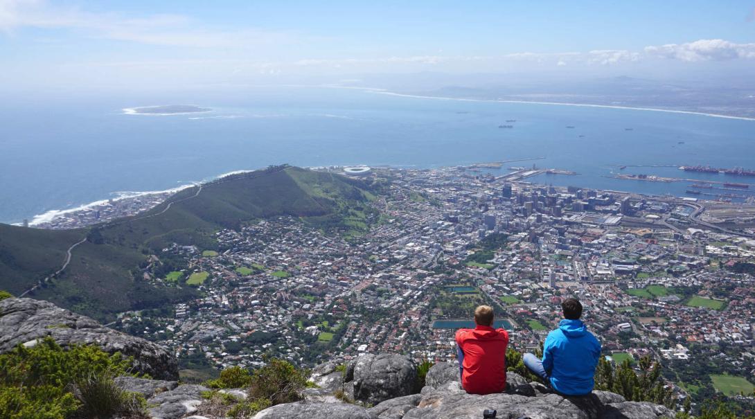 Les étudiants découvrent une vue superbe sur Le Cap pendant leur randonnée sur la montagne de la Table.